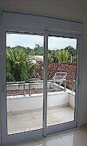 Porta balcão com persiana integrada
